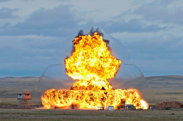 На фото заметно образование ударной волны при взрыве.