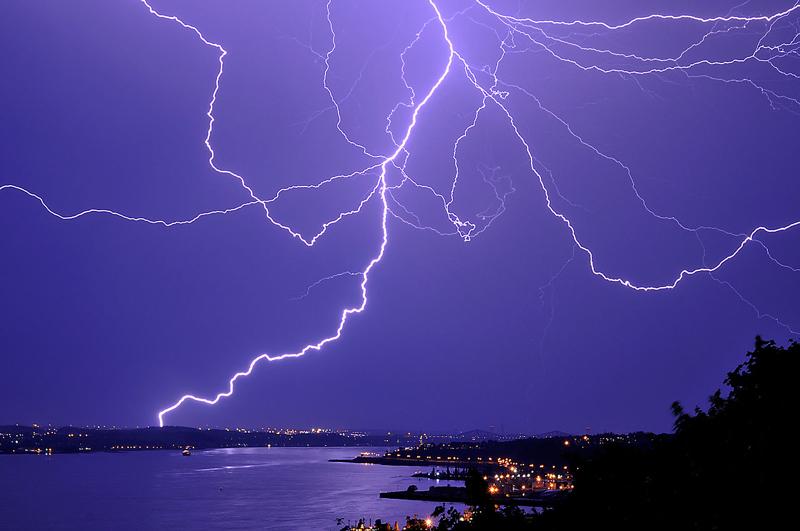 Разряд молнии генерирует ударную волну.