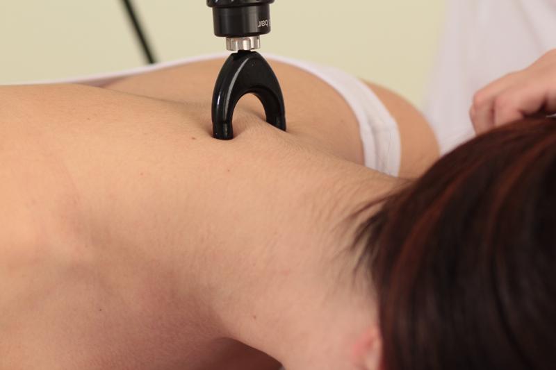 Процедура радиальной ударно-волновой терапии при головной боли напряжения.