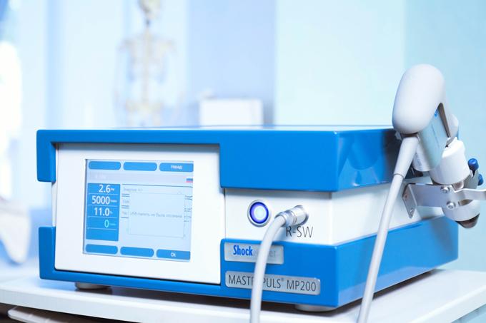 Аппарат радиальной ударно-волновой терапии Masterpuls 200, блок управления с ЖК дисплеем.