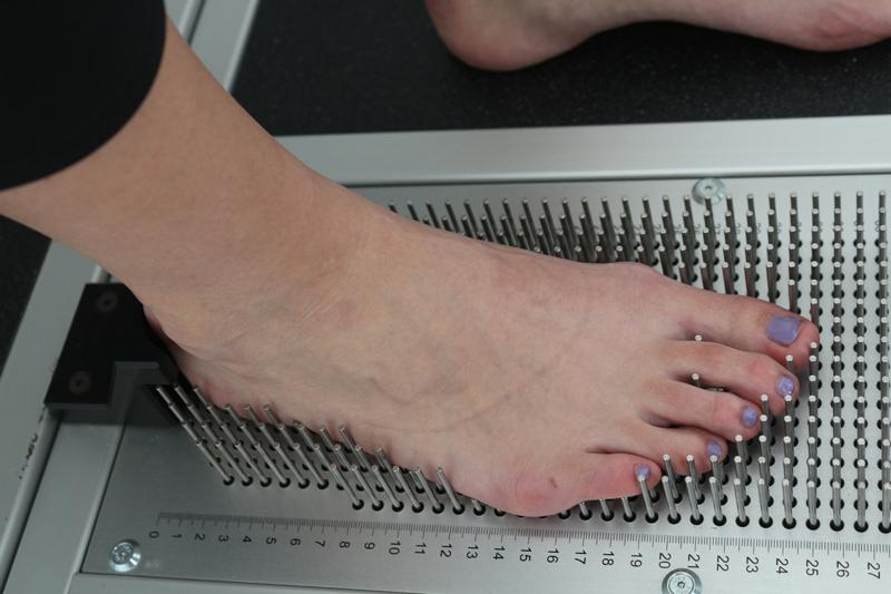 Процесс сканирования стопы для изготовления индивидуальных ортопедических стелек